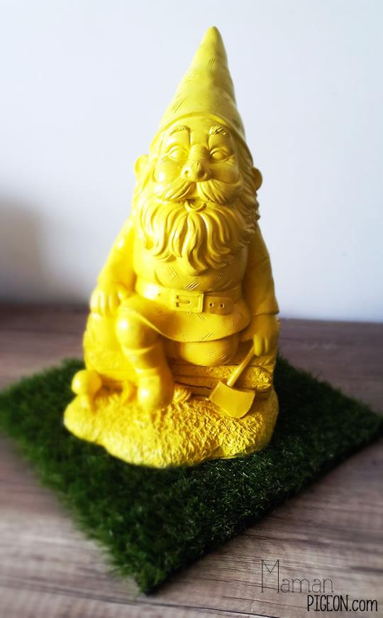 Un nain de jardin peint a la bombe jaune.