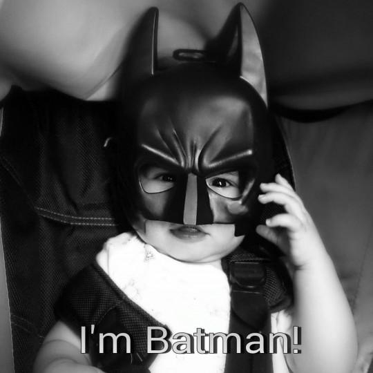 Boubou avec le masque de Batman. Mamanpigeon.fr