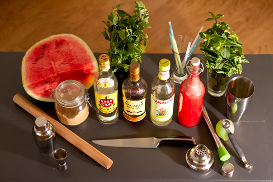 Tous les ingredients pour un faire un bon mojito a la pasteque sur une table. Photo prise par guillaume Salafranque.