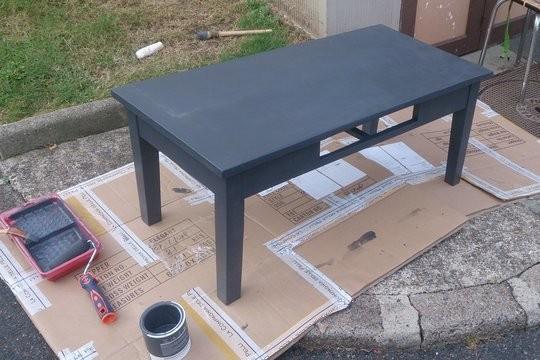 Table basse repeinte en gris fonce
