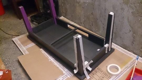 Les pieds de la tables basses sont peints en violets sur quelques cotes