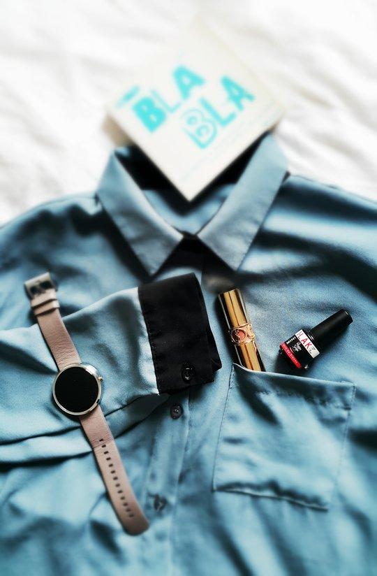 Une chemise, un rouge a levres YSL, un vernis semi-permanent Peggy Sage, un livre Bla bla et une montre connectee Moto360