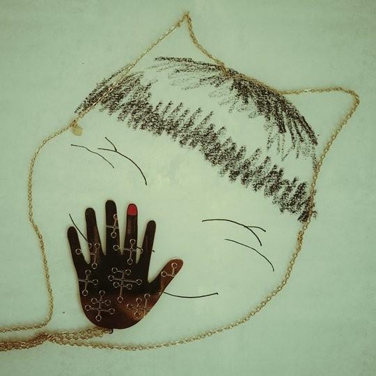 Un visage forme par le sautoir de Alphabeta en forme de chat