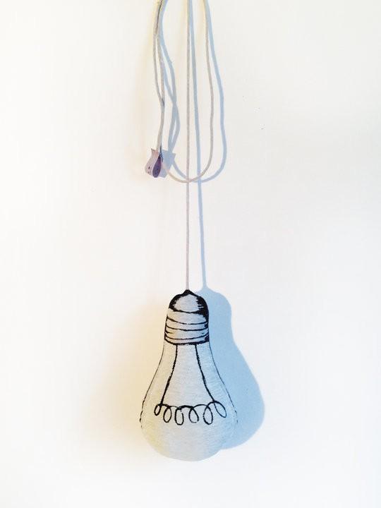 Peluche phosphorecente en forme d'ampoule de Le Petit M