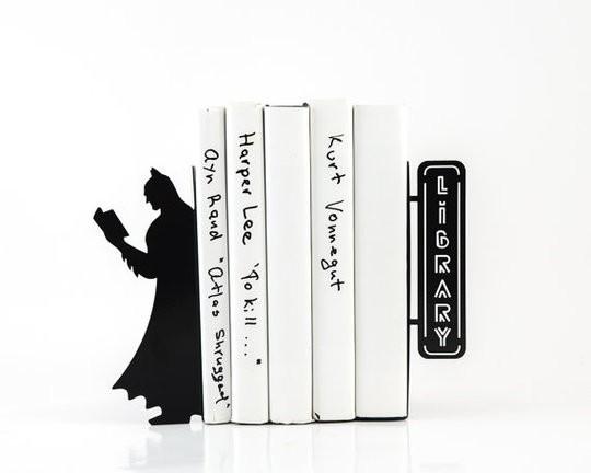 """Serre-livre avec batman qui bouquine, et une pancarte """"Library"""""""