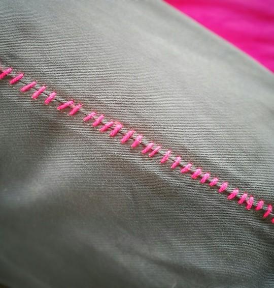 Finition de recuperation du canape d'Ikea Ektorp a l'aide de laine rose fluo