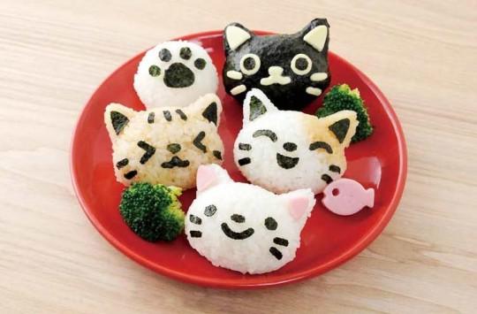 Des moules pour faconner d'adorables onigiri en forme de chat