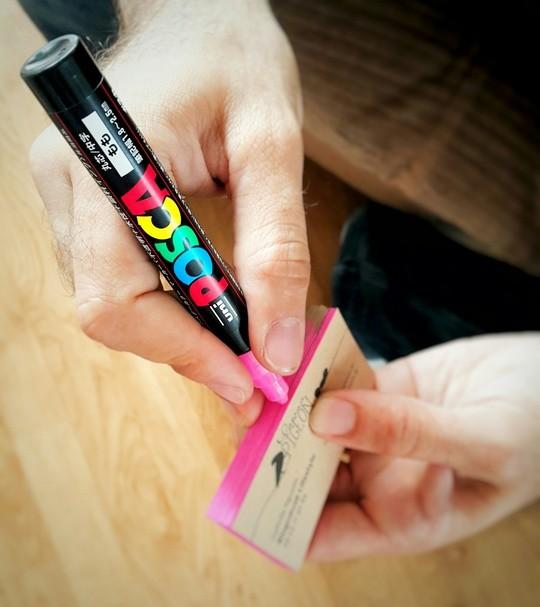 Les cartes de visite de Maman Pigeon coloriee sur la tranche avec un feutre Uni-Posca