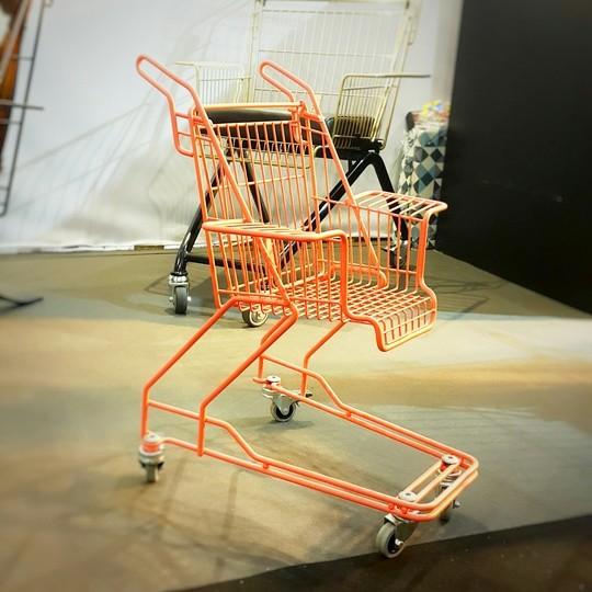 Un chariot de supermarché transformé en chaise pour enfants. Spotted a M&O 2015.