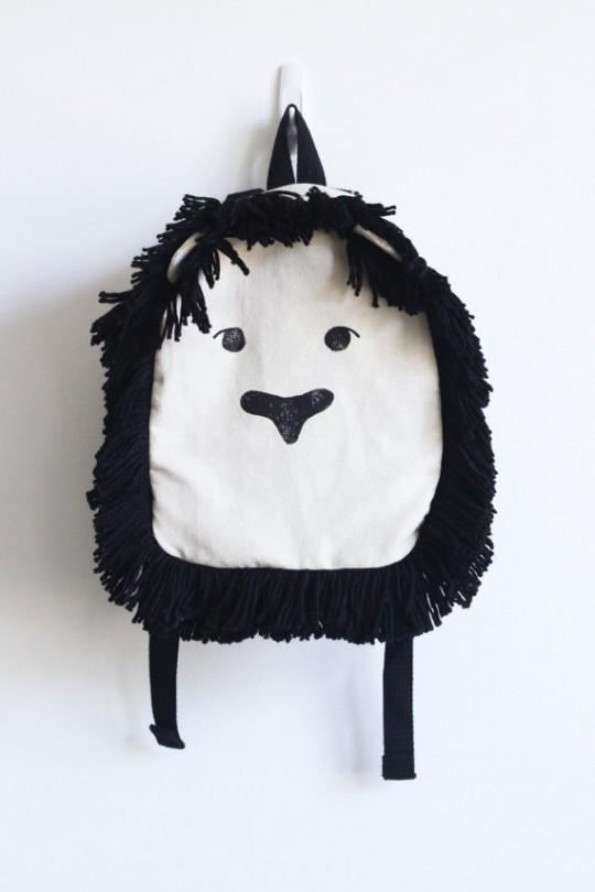 sac a dos avec une tete de lion en noir et blanc